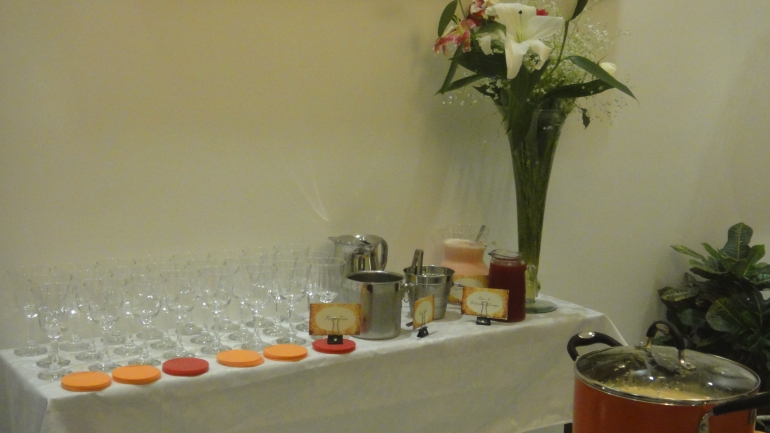 Não resisti quando vi na feira. Montei um arranjo de lírios e mini orquídeas. Já nas bebidas o suco de cenoura, laranja e beterraba do hortifruti fez sucesso.