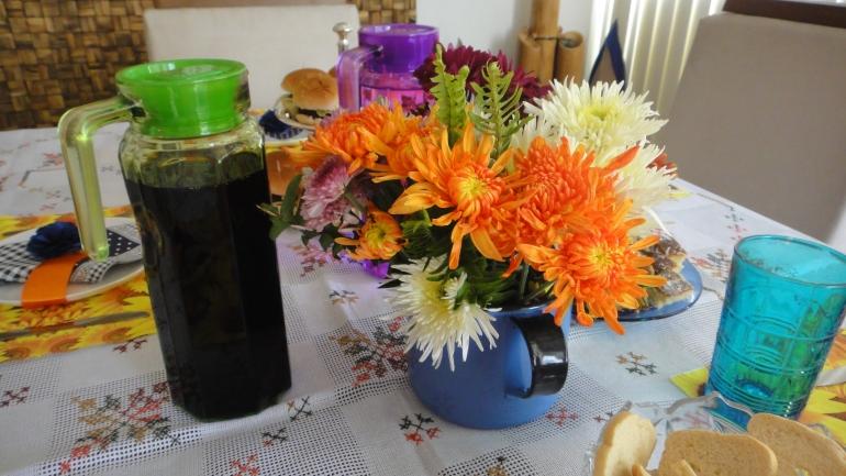 Arranjo de flor natural em leiteira colorida