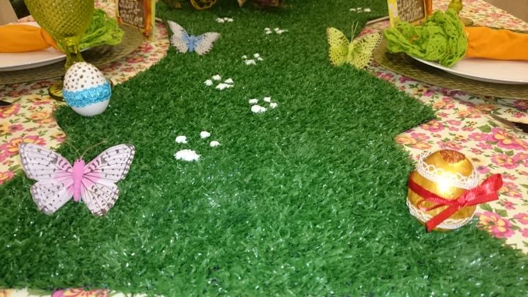 Caminho com ovos decorados