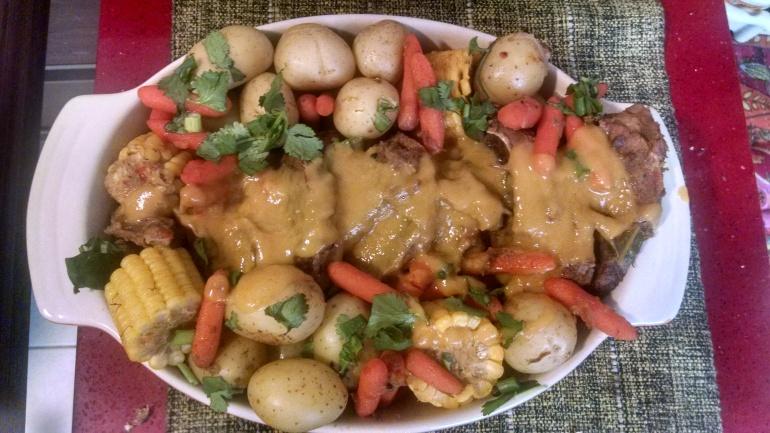 Carne assada enfeitada com legumes