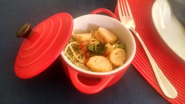 Salada ceasar em cocote