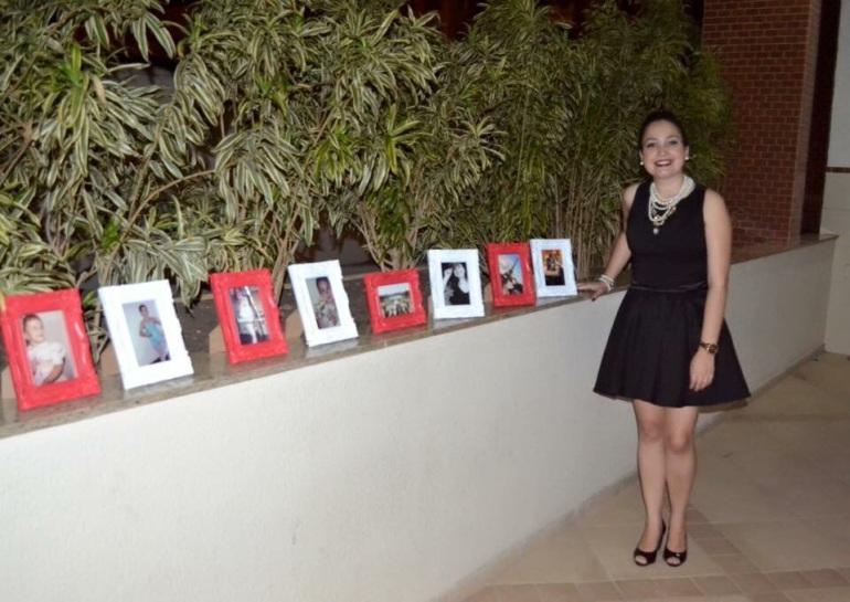 quadros na entrada da festa