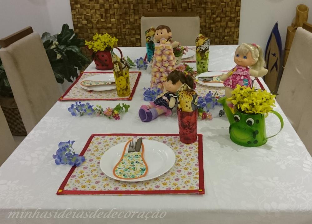 mesa com bonecas